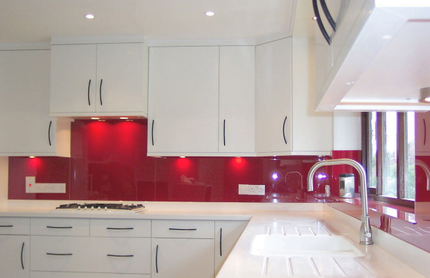 kitchen_fitted_with_opticolour_orient_red_glass_splashbacks_2